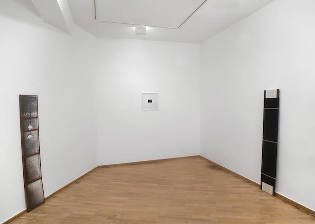 Jacqueline Mesmaeker. Stèle, 1989, 5 gammagraphies encadrées, polaroid, stèle bois et velours. Pièce unique.